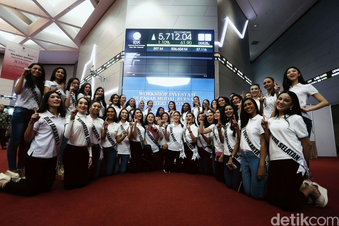 39 Finalis Puteri Indonesia 2020, mengunjungi sekaligus membuka perdagangan bursa efek, di Gedung BEI, Jakarta, Kamis (05/03/2020). Dalam kunjungannya mereka juga mendapat pembekalan terkait perdagangan saham.