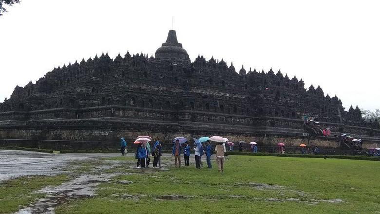 Peragaan pemakaian thermal scanner terhadap pengunjung di Manohara, Candi Borobudur, Magelang, Jawa Tengah. (foto: Eko Susanto/detikcom)