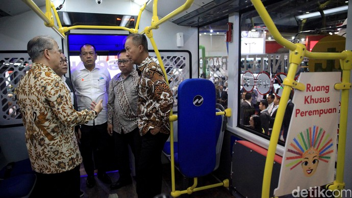 Menperin Agus Gumiwang Kartasasmita membuka pameran GIIOMVEC di JCC. Ia pun turut meninjau berbagai kendaraan yang dipamerkan di ajang tersebut.