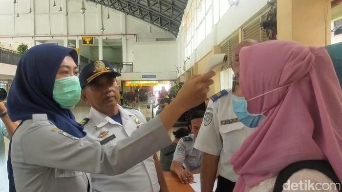 Dishub dan Dinkes Surabaya menggunakan alat pengukur suhu tubuh di terminal-terminal bus