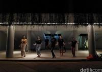 Ada pula sejumlah warga yang berkumpul di kawasan Lapangan Banteng untuk melatih kemampuan menari mereka.