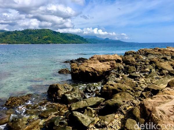 Pantai Batu Taka Urung terlihat asri dan bersih lautnya (Foto: Abdy Febriady/detikcom)