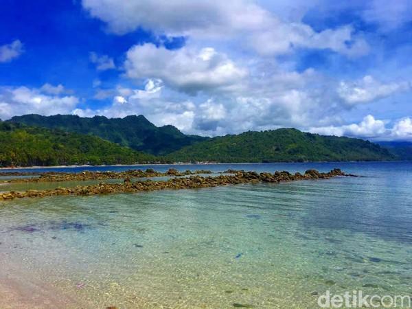 Kabupaten Majene memiliki kawasan wisata pantai yang indah nan eksotis. Namanya Pantai Batu Taka Urung (Foto: Abdy Febriady/detikcom)