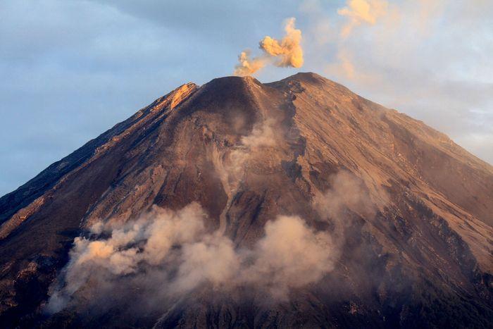 Refleksi Gunung Semeru yang mengeluarkan awan panas dari kawasan Pranajiwo, Lumajang, Jawa Timur, Kamis (5/3/2020). Aktivitas vulkanik Gunung Semeru meningkat sejak sepekan terakhir dengan mengeluarkan awan panas sejauh tiga kilometer dan intensitas delapan kali guguran lava pijar dengan status level II atau waspada. ANTARA FOTO/Umarul Faruq/wsj.