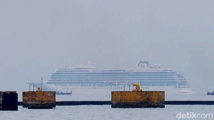 Kapal Pesiar Viking Sun yang akan merapat ke Pelabuhan Tanjung Emas Semarang masih berada di tengah laut. Tim medis dikerahkan untuk melakukan pemeriksaan.