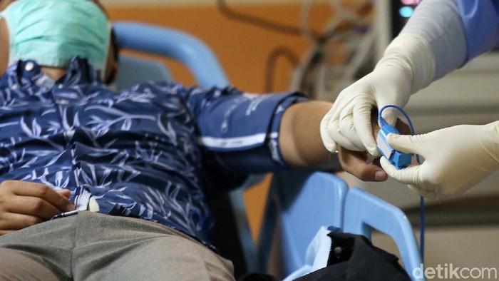 RSUD Kota Bekasi, Jawa Barat, menggelar simulasi penanganan pasien virus corona. Begini prosesnya.