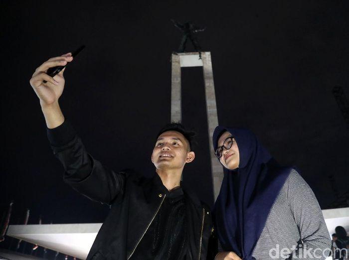 Jakarta tak hanya menarik untuk dikunjungi saat siang hari. Kerlap-kerlip lampu ibu kota membuat suasana malam di Jakarta penuh warna.