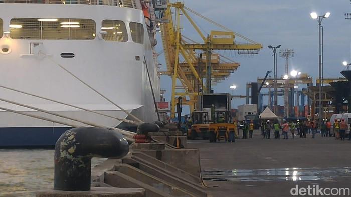 Kapal Pesiar Viking Sun mengisi logistik di Pelabuhan Tanjung Emas Semarang, Kamis (5/3/2020)