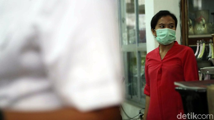 Polisi melakukan sidak ke distributor masker yang berada di kawasan Glodok, Jakarta. Sidak dilakukan guna mencegah terjadinya penimbunan masker.