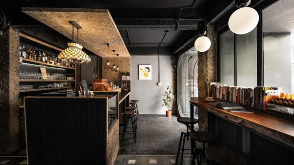 Diketahui, bar itu didirikan oleh sang pemilik bernama Chen Xiaoguai yang merupakan seorang penderita depresi. Dalam perjalanannya, Chen ingin menghadirkan sebuah tempat khusus untuk kaumnya (The Misanthrope Society)