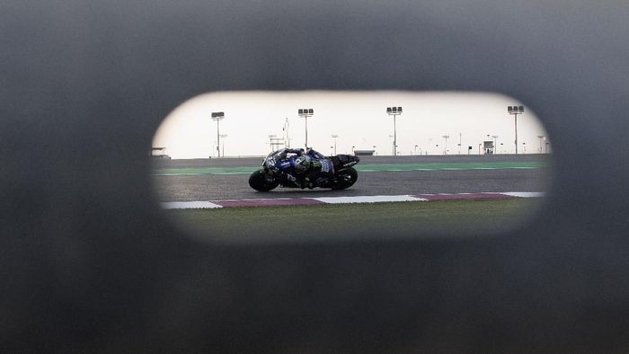 DOHA, QATAR - FEBRUARY 24: Maverick Vinales of Spain and Monster Energy Yamaha MotoGP Team  rounds the bend  during the MotoGP Tests at Losail Circuit on February 24, 2020 in Doha, Qatar. (Photo by Mirco Lazzari gp/Getty Images)