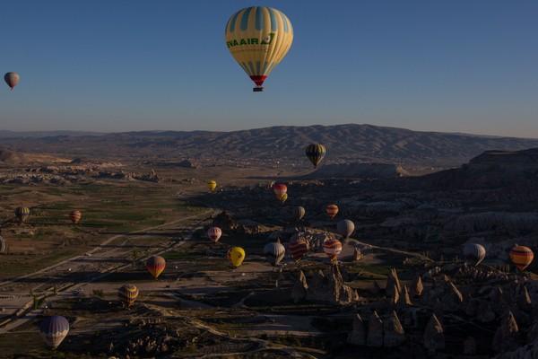 pengalaman itu ditawarkan operator di Goreme National Park. Wisatawan akan diajak untuk melihat keindahan Cappadocia dari atas udara saat matahari terbit. (Foto: Getty Images/Chris McGrath)
