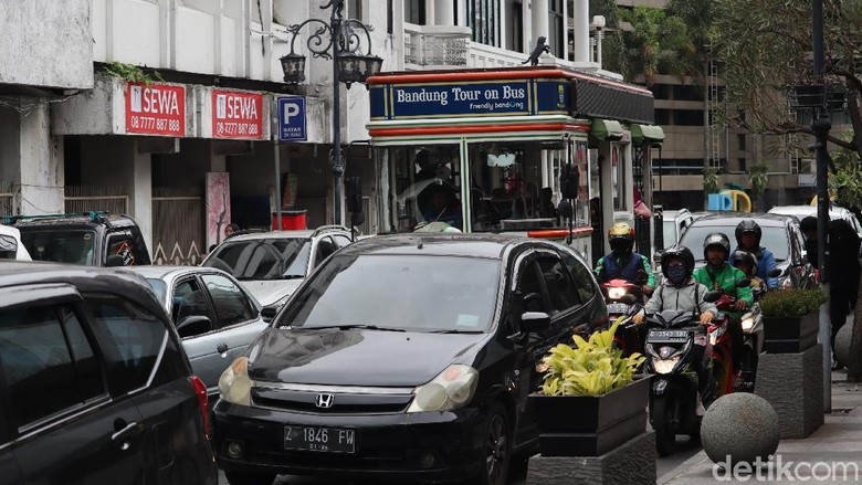 Meski corona sudah masuk ke Indonesia, warga Bandung seakan tak parno akan wabah tersebut. Terbukti, Jalan Braga dan Asia Afrika tetap ramai lho. Ini buktinya.