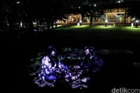 Lapangan Banteng jadi salah satu kawasan yang kerap didatangi warga maupun wisatawan. Saat malam tiba, aktivitas di kawasan ini pun masih ramai oleh warga. Tak sedikit diantara mereka yang asyik berbincang di kawasan Lapangan Banteng.