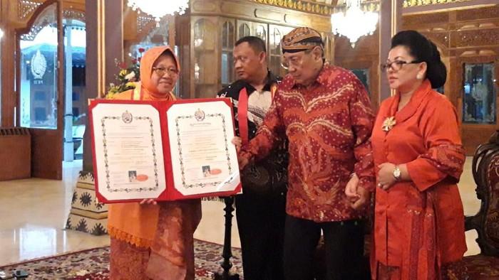 Wali Kota Surabaya Tri Rismaharini mendapatkan gelar bangsawan dari Keraton Surakarta, Rabu (4/3/2020).