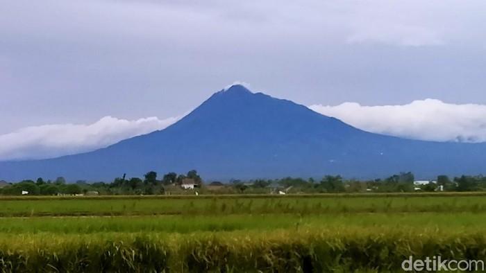 Penampakan Gunung Merapi siang tadi dari Klaten, Kamis (5/3/2020)