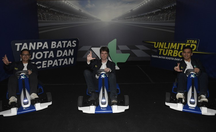 Chief Marketing Officer XL Axiata David Arcelus Oses (tengah) bersama Group Head Region JabodetabekXL Axiata Francky Rinaldo Pakpahan (kanan) dan Group Head Mass Segment Axiata Bernard Ho (kiri) meluncurkan fitur Xtra Unlimited Turbo di Jakarta, Kamis (5/3/2020). Fitur untuk pelanggan XL prabayar tersebut memberikan manfaat tambahan berupa akses aplikasi pilihan tanpa batasan kuota dan kecepatan. FOTO ANTARA/Puspa Perwitasari/foc.