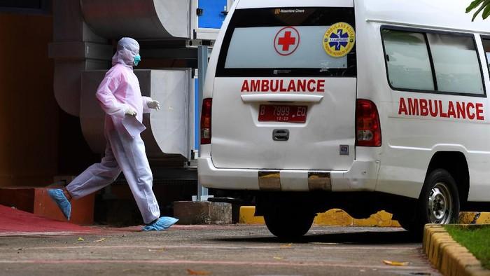 Petugas memindahkan mobil ambulans di samping ruang isolasi RSPI Prof. Dr. Sulianti Saroso, Sunter, Jakarta Utara, Kamis (5/3/2020). Kementerian Kesehatan menyatakan hingga Kamis 5 Maret ini ada 156 pasien dalam pengawasan virus corona yang tersebar di 35 rumah sakit di 23 provinsi, 2 diantaranya merupakan pasien positif corona yang masih dirawat di RSPI Prof Dr Sulianti Saroso. ANTARA FOTO/Sigid Kurniawan/foc.