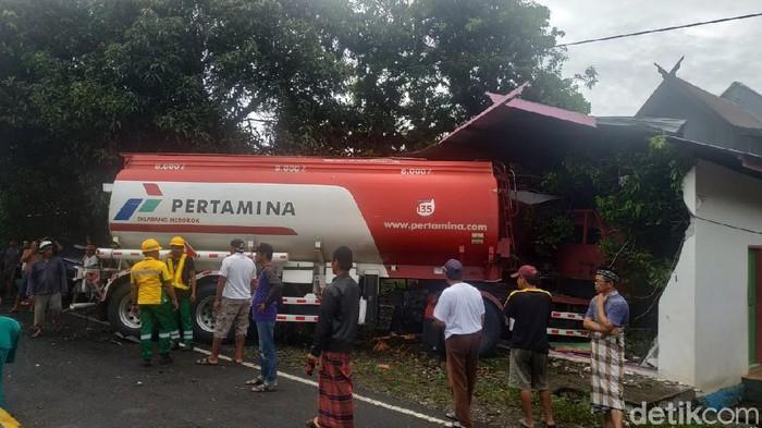 Kecelakaan maut truk tangki dan minibus di Polewali Mandar (Abdy Febriady/detikcom)