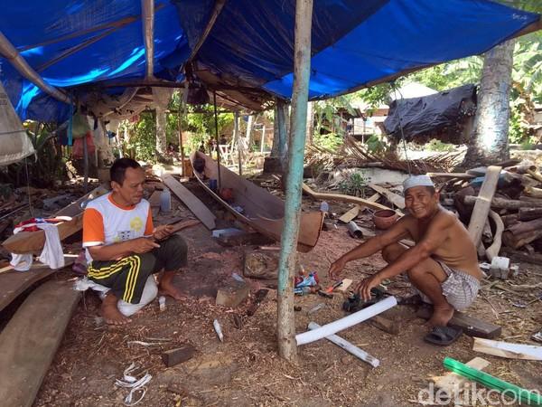 Jika sedang beruntung, kita juga dapat melihat aktifitas sejumlah warga yang sedang membuat perahu tradisional di Pantai Batu Taka Urung (Foto: Abdy Febriady/detikcom)