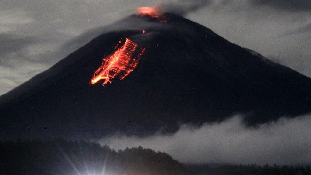 Lava Pijar Meluncur dari Gunung Semeru