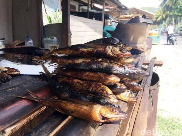 Jangan takut jika perut merasa keroncongankarena di Pantai Batu Taka Urung karena terdapat sejumlah warung yang menyajikan kuliner khas daerah ini(Foto: Abdy Febriady/detikcom)