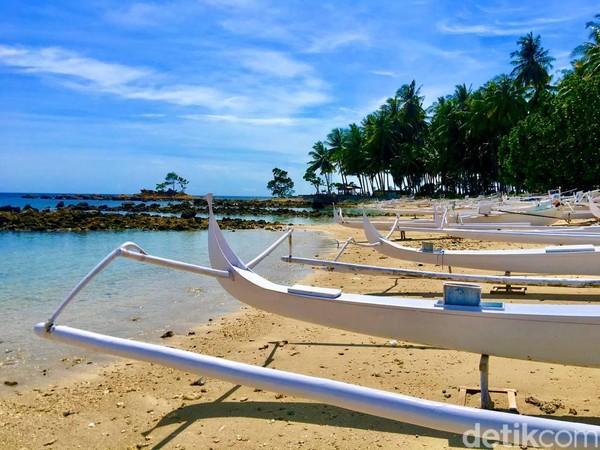 Di sepanjang pesisir Pantai Batu Taka Urung mata pengunjung dimanjakandengan deretan ratusan perahu tradisional berwarna putih milik nelayan setempat, yang biasanya dipakai untuk mencari ikan di laut (Foto: Abdy Febriady/detikcom)