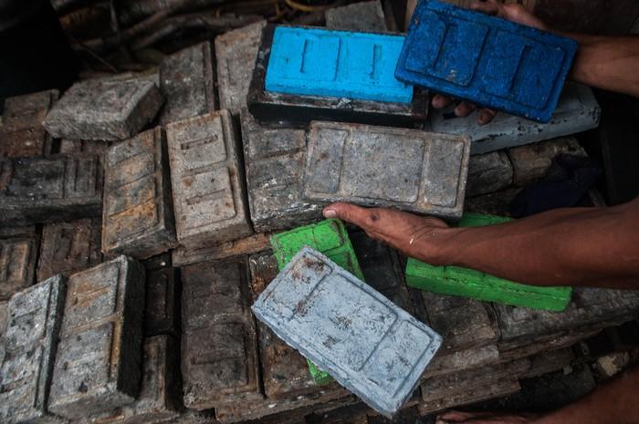 Warga di kawasan Lebak, Banten, mengolah limbah sampah plastik menjadi paving block. Hasil olahan limbah sampah plastik itu pun dijual dengan harga terjangkau.