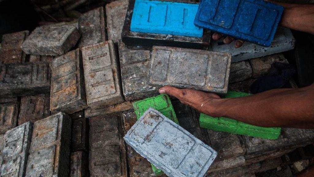 Warga di Lebak Olah Limbah Sampah Plastik Jadi Paving Block