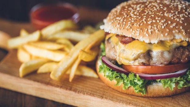Setelah Dibalik, Kini Ada Cara Makan Burger Lembar per Lembar