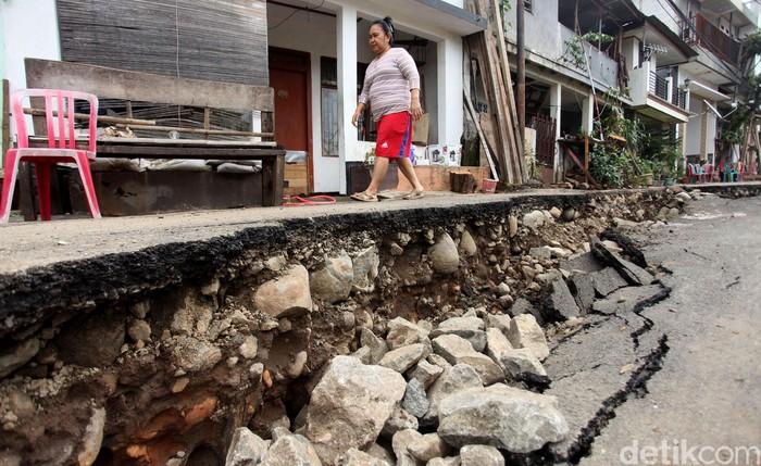 Akses jalan di kawasan Kelurahan Kebon Manggis, Matraman, Jakarta Timur, amblas sepanjang 40 meter imbas meluapnya Sungai Ciliwung.