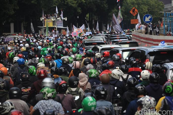 Aksi unjuk rasa di Kedubes India membuat lalu lintas di sekitar lokasi mengalami kemacetan total. Berikut foto-fotonya.