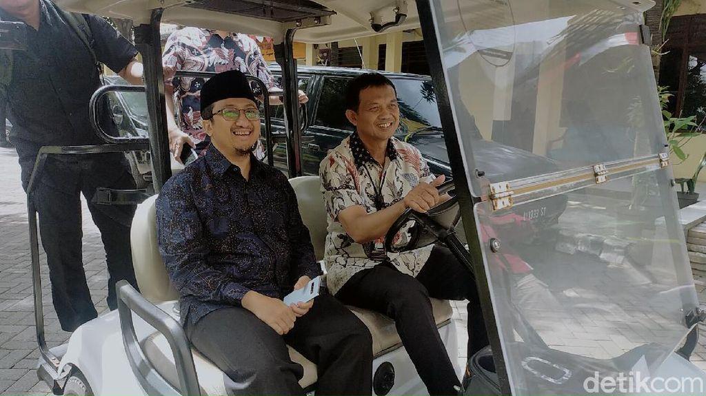 Saat Yusuf Mansur Naik Golf Car di Mapolrestabes Surabaya Sebelum Diperiksa