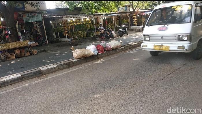 Sisa tumpukan sampah di tengah jalan Tangerang