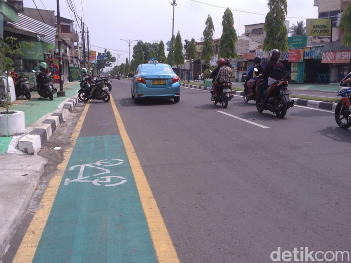 Jalur sepeda di Medan dipakai parkir liar (Haris Fadhil/detikcom)
