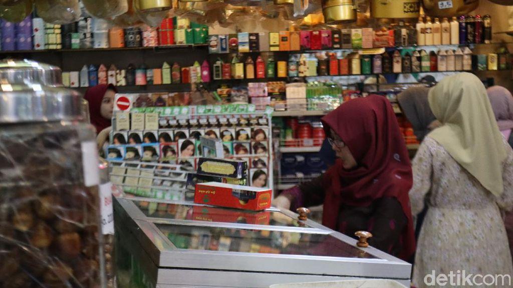 Umroh Disetop, Omzet Penjual Oleh-oleh Khas Arab Turun 40%