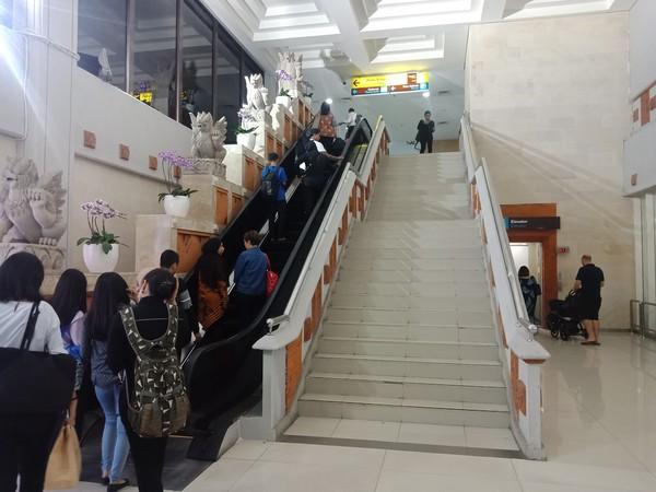 Hanya eskalator di sebelah kiri yang dimanfaatkan penumpang domestik menuju ke terminal keberangkatan domestik. (Foto: Putu Intan/detikcom)