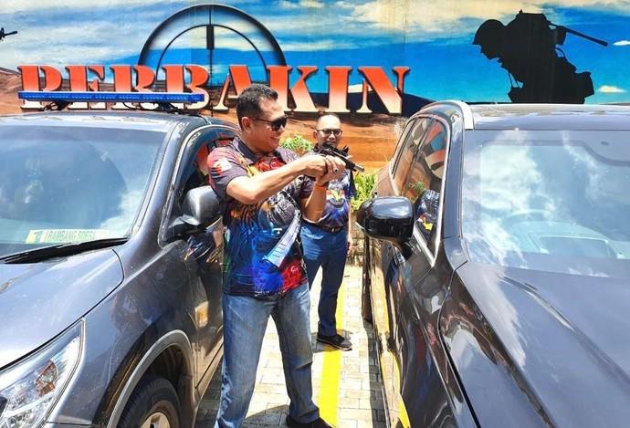 Ketua MPR Bambang Soesatyo menguji coba kaca dan pintu anti peluru yang biasa digunakan di kendaraan pribadi. Hasilnya, peluru tak berhasil menembus lapisan kaca dan pintu mobil.