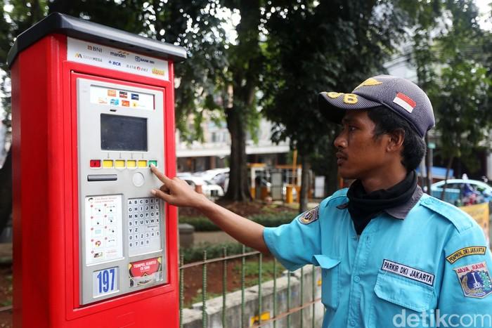Petugas mengoperasikan alat parkir meter di Tebah, Kawasan Pasar Mayestik, Jakarta, Jumat (6/3/2020). Unit Pengelola Teknis (UPT) Parkir Dinas Perhubungan DKI Jakarta akan mengganti 214 unit mesin parkir meter atau yang dikenal terminal parkir elektronik (TPE) dengan e-parkir. Pergantian ini menyusul tidak berfungsinya ratusan mesin parkir meter di sejumlah titik.