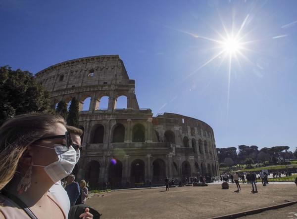 Italia bersama anggota UE lainnya saat ini membatasi kunjungan tidak penting dari luar Zona Schengen (pengelompokan 26 negara yang biasanya memiliki perbatasan terbuka), selain dari Inggris. Lockdown perlahan dilonggarkan bertahap, semua toko dijadwalkan akan dibuka kembali pada 18 Mei (Foto: AP/Antonio Calanni)