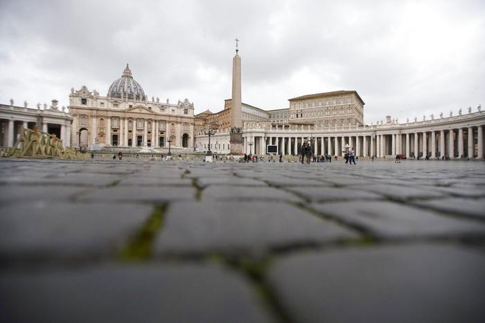 Belum lama ini Vatikan melaporkan kasus pertama terkait penyebaran virus corona. Kasus tersebut menambah daftar panjang kota dan negara yang terdampak COVID-19.