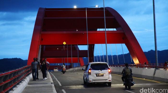 Jembatan Youtefa (sebelumnya bernama Jembatan Holtekamp]) adalah jembatan di atas Teluk Youtefa, Papua. Jembatan ini menghubungkan Holtekamp dengan Hamadi.