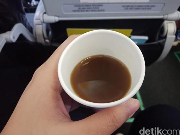 Minuman ini dibagikan selama sebulan, mulai awal Maret sampai awal April. Dalam penerbangan Jakarta-Denpasar, minuman herbal yang dibagikan adalah wedang jahe. (Foto: Putu Intan Raka Cinti/detikcom)