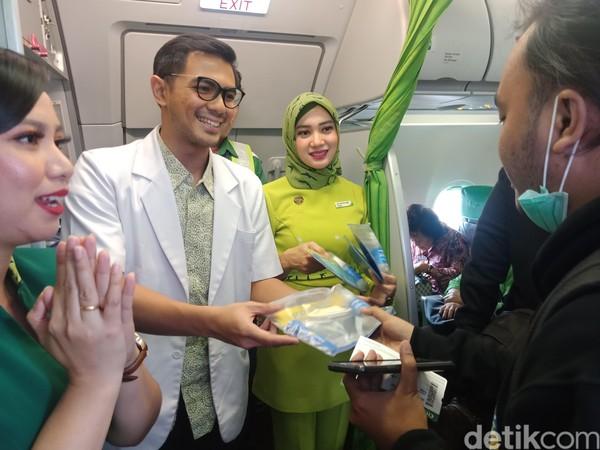 Di salah satu penerbangan yaitu rute Jakarta-Denpasar, Citilink juga membagikan kit traveling sehat. (Foto: Putu Intan Raka Cinti/detikcom)