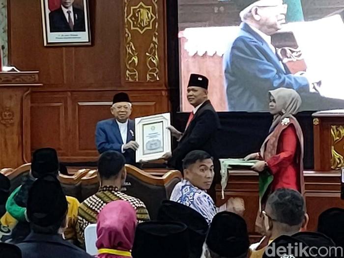 Wapres Ma'ruf Amin melakukan kunjungan kerja di Pekanbaru, Riau, Jumat (6/3/2020). Ia menerima anugerah Bapak Ekonomi Syariah Indonesia dari UIN Sultan Syarif Kasim.