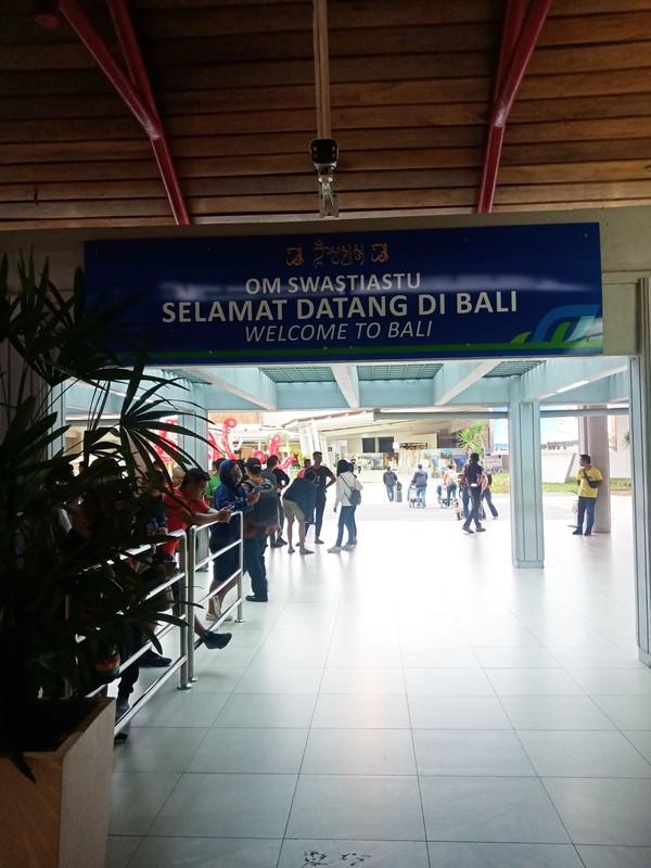 Dari pantauan detikcom pada Kamis (5/3/2020) lalu di terminal domestik, hanya belasan orang yang menyambut kedatangan penumpang. (Foto: Putu Intan/detikcom)