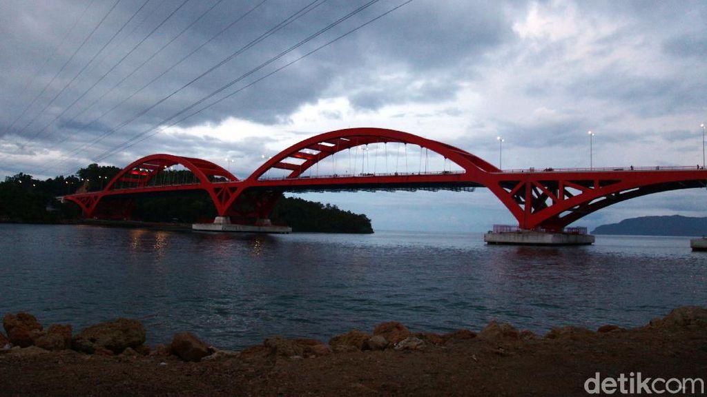 Panjat Pagar Jembatan Youtefa untuk Buang Air Kecil, Dewi Tewas Terjatuh