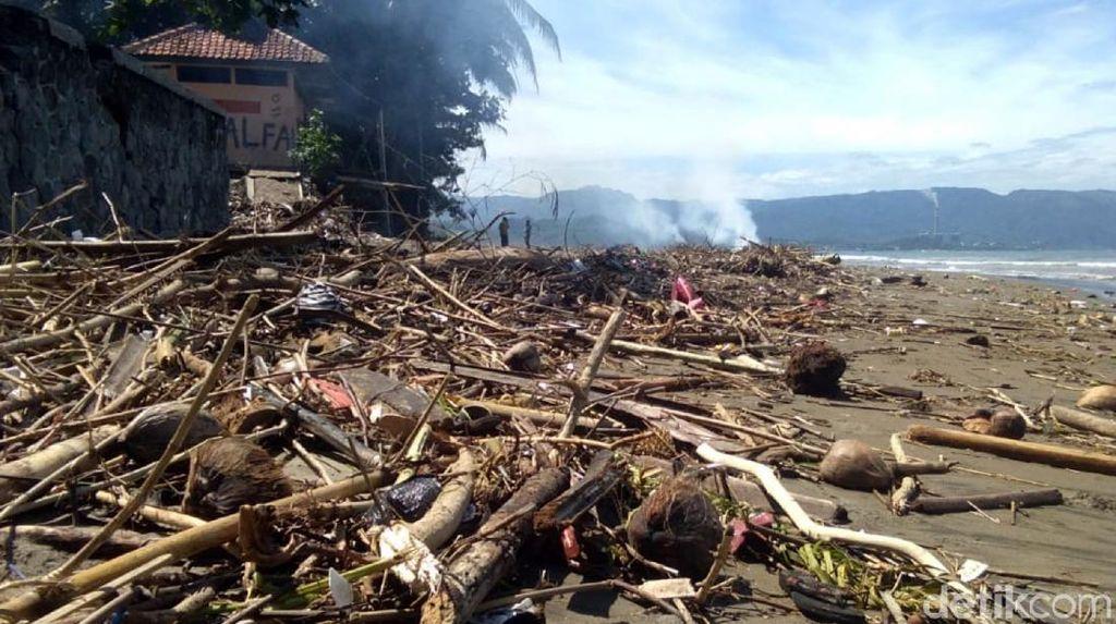 Hii...Sampah Kotori Pantai Muara Citepus Sukabumi