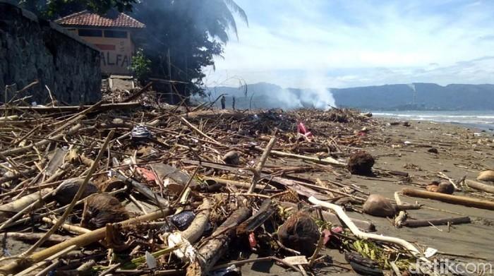 Sampah Kotori Perairan Pantai Muara Citepus Palabuhanratu Sukabumi