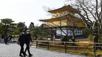 Ini Kuil Kinkaku-ji, Jepang. Jadi salah satu tempat wisata paling populer di Kyoto, kuil emas ini hanya dikunjungi beberapa pengunjung saja setelah Corona merebak (Foto: CNN)